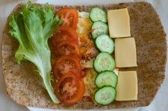 Pittabrot mit Gurken, Tomaten, chees, Eiern und Kopfsalat stockbilder