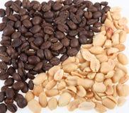 Pitten van de ontruimde noten van een pinda en een koffie stock foto's