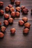 Pitten van hazelnoot op uitstekend houten raadsvoedsel royalty-vrije stock afbeelding