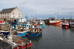 PITTENWEEM, FIFE/SCOTLAND - 8月13日:Pittenweem harbo看法  图库摄影