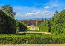 Pitti slott från Boboli trädgårdar Arkivbilder