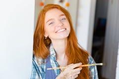 Pittore attraente felice allegro della giovane donna con la spazzola Fotografia Stock Libera da Diritti