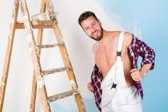 Pittore bello con la camicia unbottoned Fotografia Stock