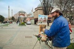 Pittore che disegna Hagia Sophia Mosque a Costantinopoli fotografia stock
