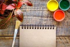 Pittore del posto di lavoro con la pittura di gouache alla vista di legno del piano d'appoggio Fotografia Stock