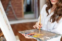 Pittore della ragazza al processo del materiale illustrativo fotografia stock libera da diritti