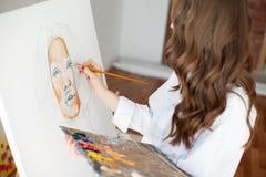 Pittore della ragazza al processo del materiale illustrativo fotografia stock