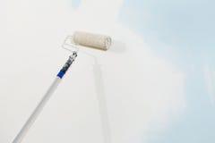 Pittore della spazzola del rullo isolato in parete bianca, concetto di verniciatura immagine stock libera da diritti