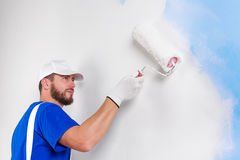 Pittore in denim bianchi, maglietta blu Fotografia Stock