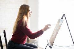 Pittore femminile nel suo studio Fotografie Stock