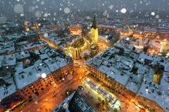 Pittoresk aftonsikt på det Lviv centret från överkant av stadshuset royaltyfri fotografi