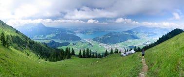 pittoresk alpin liggande Arkivfoton