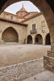 Pittoresk asfull försedd med arkader fyrkant i Spanien Cantavieja Teruel royaltyfri bild