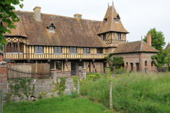 Pittoresk by av Beuvron en Auge i Normandie Royaltyfria Foton