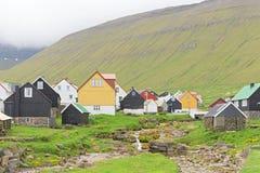 Pittoresk by av Gjogv med typisk färgglade hus och Royaltyfria Bilder