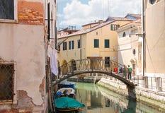 Pittoresk bro över en smal kanal i Venedig, Italien Royaltyfria Foton