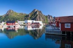 Pittoresk fiskeport i Henningsvaer Arkivbild