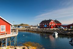 Pittoresk fiskeport i Henningsvaer Royaltyfri Foto