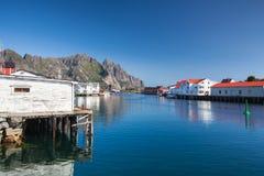 Pittoresk fiskeport i Henningsvaer Arkivbilder