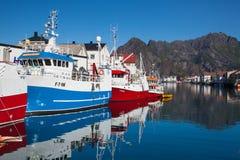 Pittoresk fiskeport i Henningsvaer Arkivfoto
