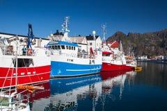 Pittoresk fiskeport i Henningsvaer på Lofoten öar, Arkivfoton