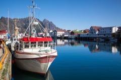 Pittoresk fiskeport i Henningsvaer på Lofoten öar, Arkivbild