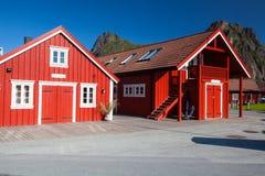 Pittoresk fiskeport i Henningsvaer på Lofoten öar Fotografering för Bildbyråer