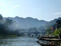 Pittoresk forntida stad i det Hunan landskapet i Kina - hibiskusstad Den forntida bron över floden i den mest härliga staden Royaltyfri Foto