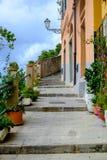 Pittoresk gå gränd som klättrar upp i Riomaggiore, Cinque Ter Arkivbilder