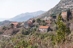 Pittoresk gammal bergby i Montenegro Sikt från kullen till och med kronan av ett granatäppleträd solig dag royaltyfri foto