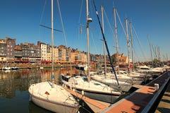 Pittoresk gammal hamn på den Normandie byn av Honfleur Frankrike med fartyg, yachter, kaféer och havet på en solig vårdag Royaltyfri Foto