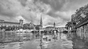 Pittoresk gammal stad med karakteristiska byggnader som ses från floden, Zurich, Schweiz royaltyfri bild
