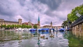 Pittoresk gammal stad med karakteristiska byggnader som ses från floden, Zurich, Schweiz arkivfoton