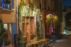 Pittoresk gata av det Monmartre området vid natt i Paris royaltyfria bilder