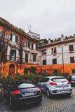 Pittoresk gatasikt i Trastevere, Rome royaltyfria bilder