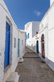 Pittoresk gränd i den Plaka byn, Milos ö, Grekland Royaltyfri Bild