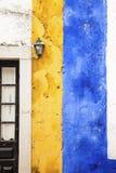 Pittoresk guling- och blåttvägg, Obidos, Portugal Arkivfoton