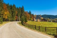 Pittoresk höstväg i bergby Royaltyfria Bilder