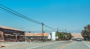 Pittoresk huvudväg i Sierra Nevada Jordbruksområde i Kalifornien, USA Amerikanskt lantligt liv Fotografering för Bildbyråer