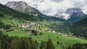 Pittoresk by i de italienska fjällängarna royaltyfria bilder