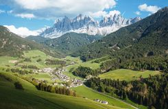 Pittoresk by i Dolomites Val di Funes arkivfoto