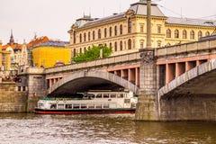 Pittoresk invallning av floden av vltava Prague tjeckisk republik royaltyfri bild