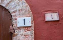 Pittoresk italiensk stad Atri - vägg, dörr, hus Royaltyfria Foton