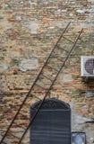 Pittoresk italiensk stad Atri - vägg, stege, dörr Arkivfoto