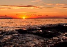 Pittoresk ljus solnedgång i den Ibiza ön när du stämm överens det greyed balearic gemet för område som färgas, inkluderar öar pla Fotografering för Bildbyråer