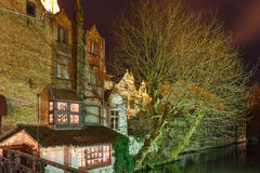 Pittoresk nattkanal i Bruges, Belgien Arkivbilder