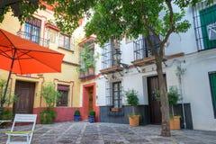 Pittoresk offentlig fyrkant i Seville, Spanien royaltyfri foto