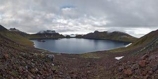 Pittoresk panorama: sikt av den aktiva Khangar för kratersjö vulkan Kamchatka Ryssland Arkivbilder