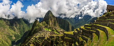 Pittoresk panoramautsikt av terrasser av Machu Picchu royaltyfria bilder