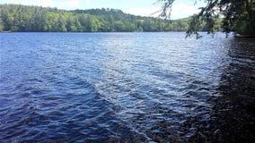 Pittoresk plats av den älskvärda blåa sjön i Maine USA arkivbild